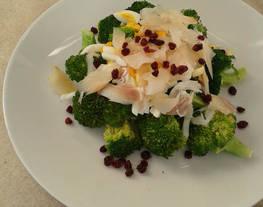 Ensalada de brócoli, bacalao ahumado y arándanos rojos