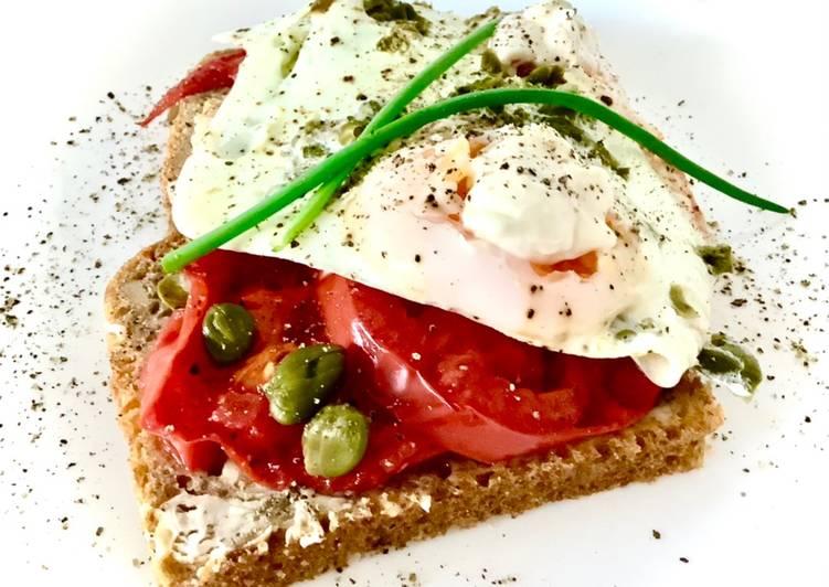Grillowane jajka sadzone z pomidorem i kaparami 🥚🍳 główne zdjęcie przepisu