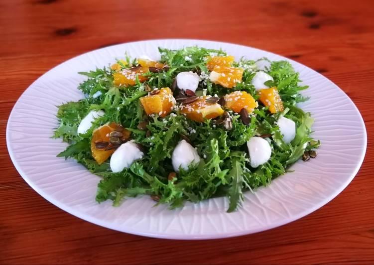 Escarola con naranja, semillas y mozzarella