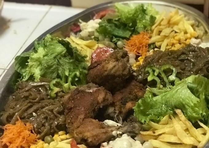 Poulet 🍗 pané à la sauce avec purée de légumes et mariné de salade 🥗