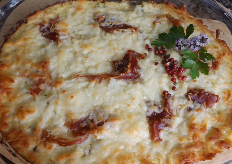 Pastel de carne de ternera y salchichas frescas con coliflor y mozzarella