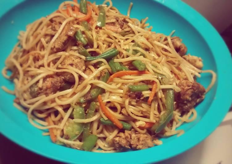 Chinese Chowmein, with chicken, eggs & veggies
