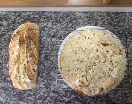 Fugazzeta rellena y pan molde de cebolla y queso