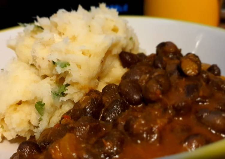 Recipe of Super Quick Homemade Garlic Mashed Cassava with coconut turtle beans(Njahi)