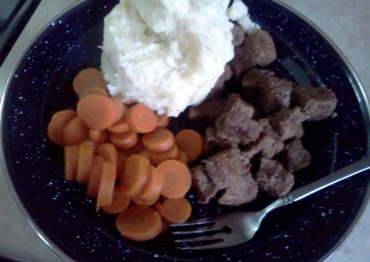 beef tips with mashed potatoes and carrots
