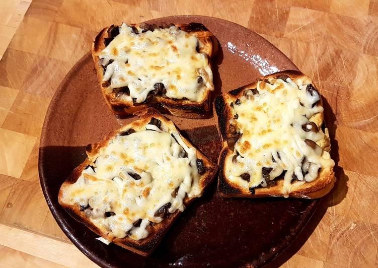Pan tostado con champiñones y queso