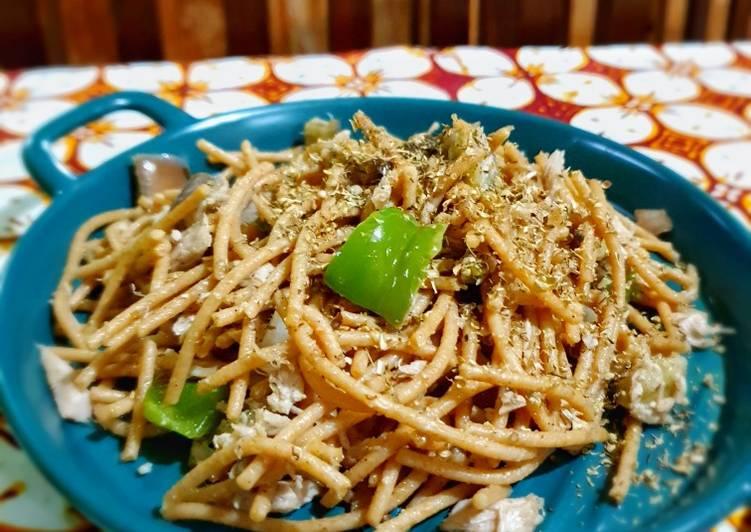 Spaghetti gandum utuh dengan tuna