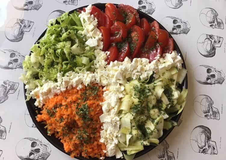 Salade de tomates carottes romaine et courgettes à la feta