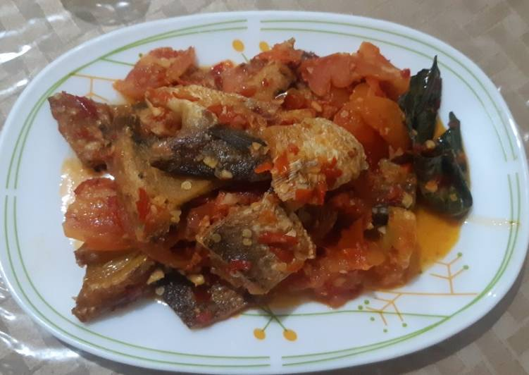 Ikan asin gabus kering bumbu tomat