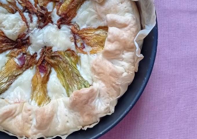 Torta salata con formaggio, salame e fiori di zucca