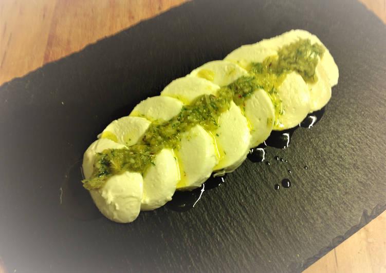 Mozzarella vegana con aliño de eneldo y limón