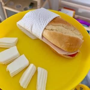Bocadillo de pan de leche para merienda de niños
