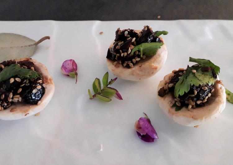 Recette Délicieux Champignons de Paris crus aux olives noires graines de sésame et coriandre