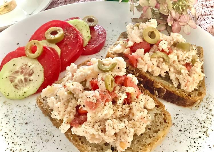 Białkowa pianka z cebulką, pomidorem i oliwkami główne zdjęcie przepisu