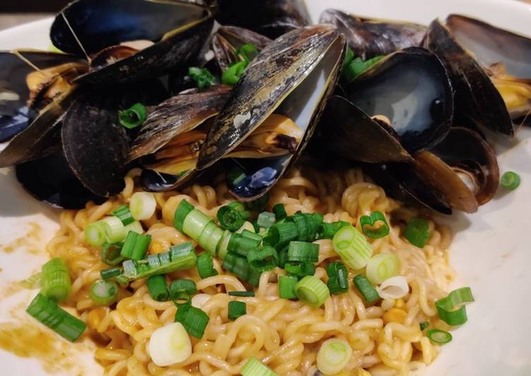 What are some Dinner Easy Fall Spicy Peanut Butter Ramen with Mussels
