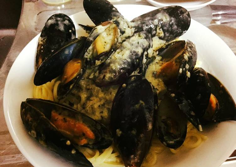 Pasta with Mussels in a garlic butter cream sauce
