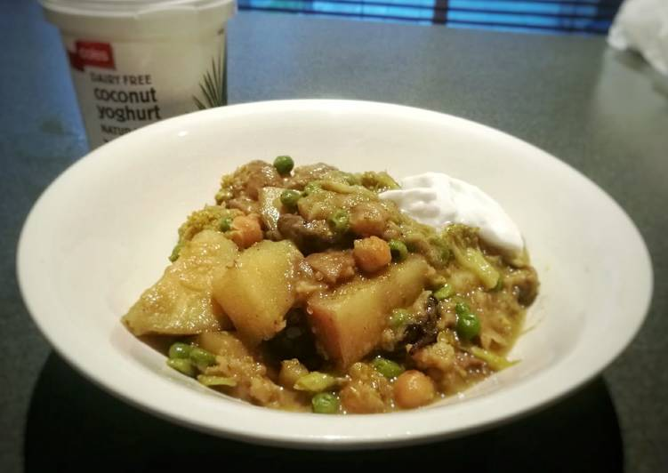 Broccoli, Mushroom, Potato, Peas & Chickpea Curry (Vegan/Veg)