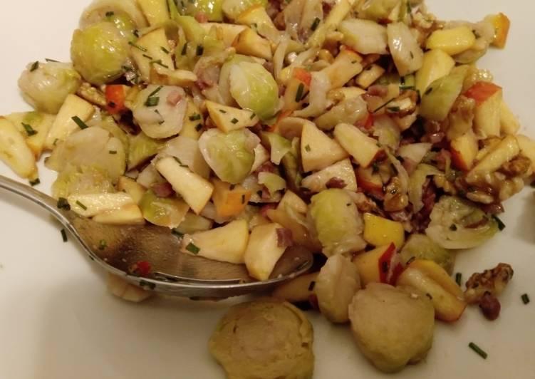 Rosenkohlsalat mit Apfel, Speck und Walnüssen