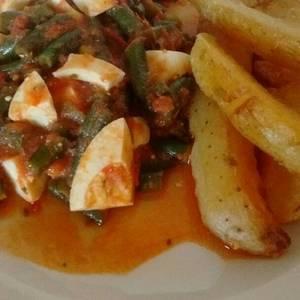 Chauchas en salsa de tomate con huevos y papas doradas
