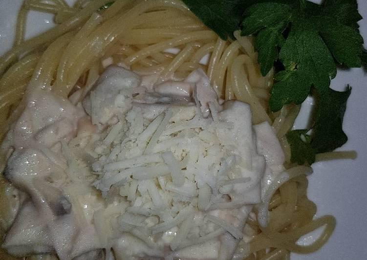 Espaguetis carbonara con champiñones