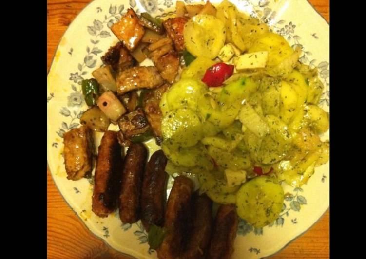 Salade de concombre marinés feta tomates & petites saucisses et courgettes grillées