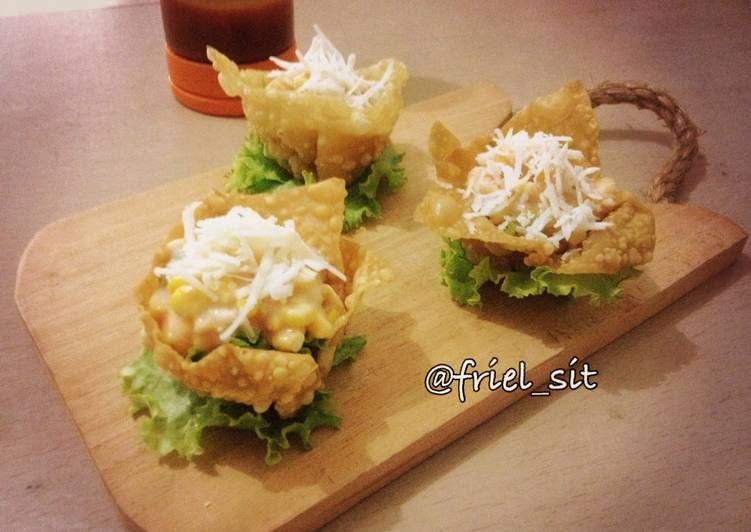 Mangkuk pangsit isi salad jagung