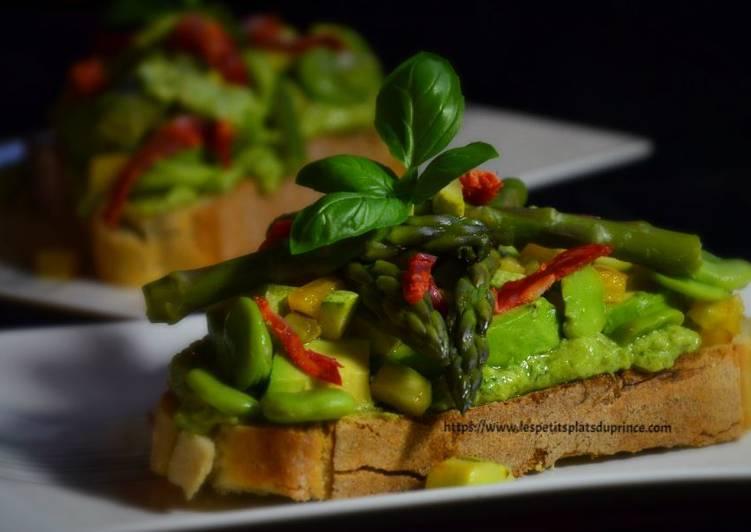 Toast printanier aux fèves, avocat et asperges vertes