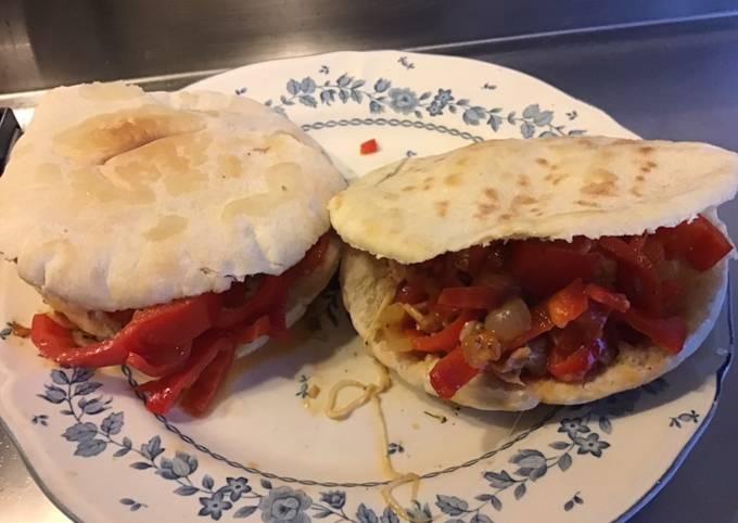 Pains pitas au poivron rouge tomates jambon et mozzarella