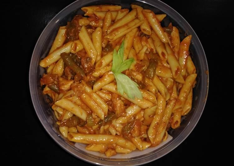 Pasta Con Pollo En Salsa De Tomate Tradicional Italiana