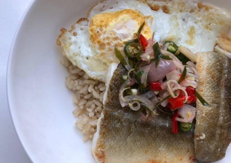 Rice bowl: ikan sambal matah dengan telur mata sapi