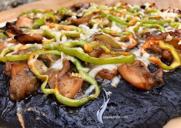 Pizza Negra de Sepia fresca en su Tinta