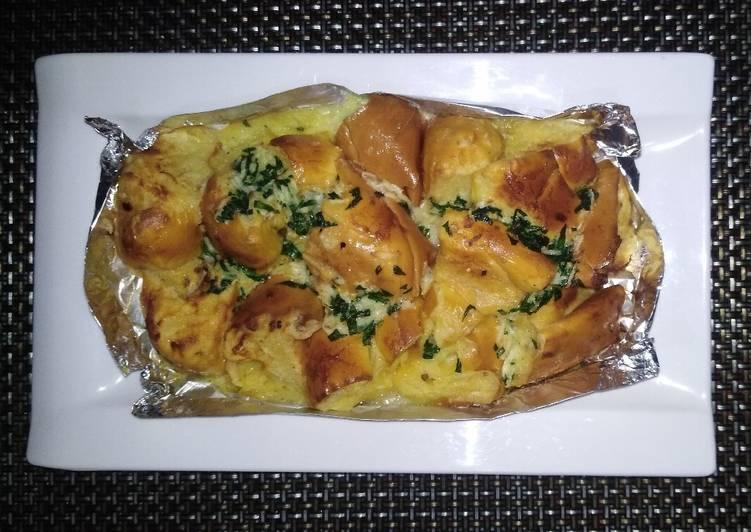 Quick snack: Garlic esaymada bread