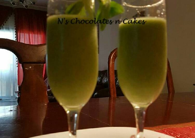 Yummy Smoothies with Organic Spinach, Pineapple & Frozen Banana
