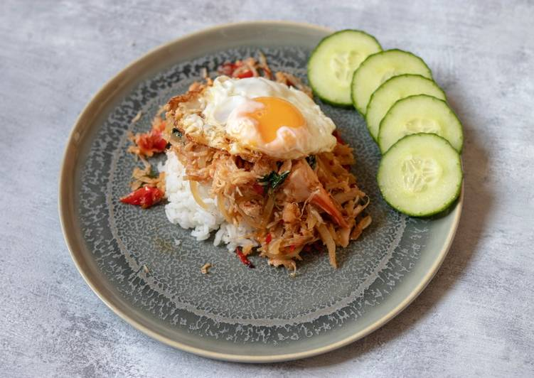 Easiest Way to Prepare Perfect Stir fried crab with basil and fried egg. 'Kraprow crab Kai Dow)🦀 🌶