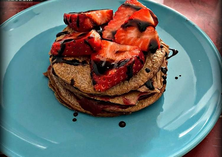 Pancake proteici al cacao e fragole