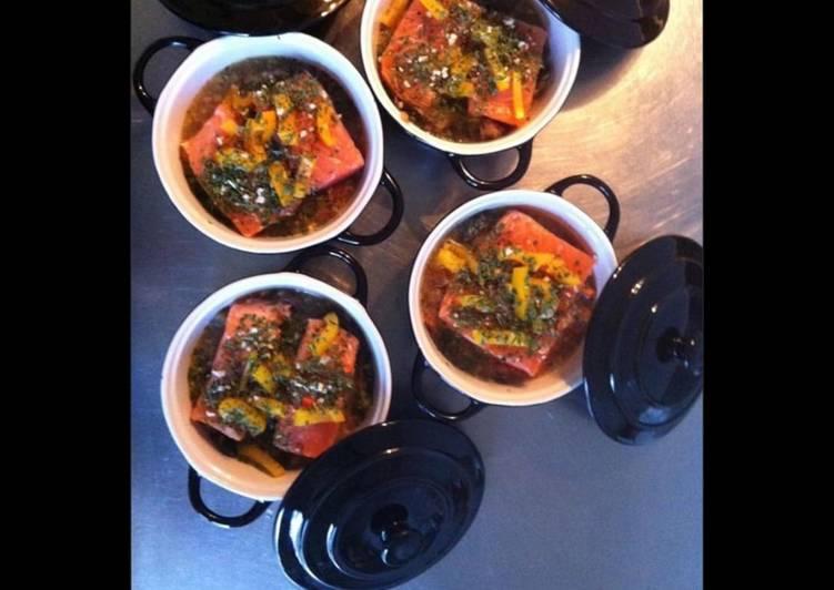 Recette Délicieuse Cassolettes de saumon aux poivrons tricolores et herbes