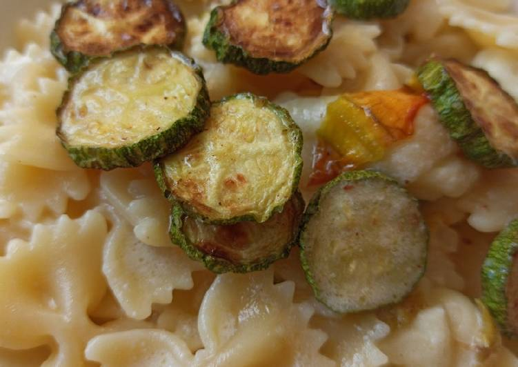 Ricetta Farfalle zucchine fritte e alici in crema di burrata alla menta