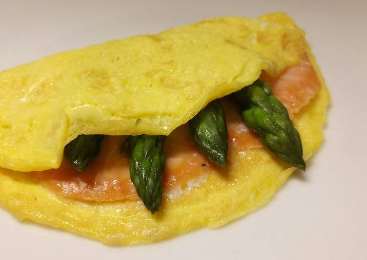 Smoked salmon and asparagus omelette