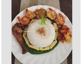 Nasi Uduk Komplit (Nasi Uduk, Ayam Bacem, Udang Goreng, Abon dan Kering Kacang Kentang)