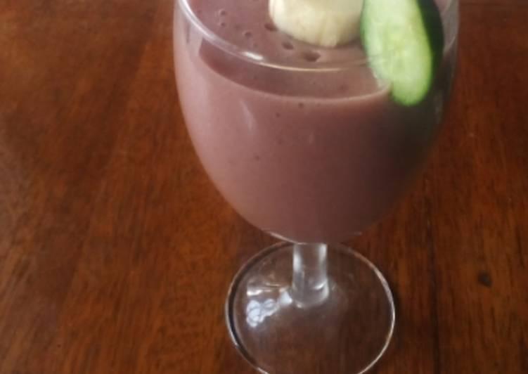 Banana & avacado smoothie with strawberry flavour