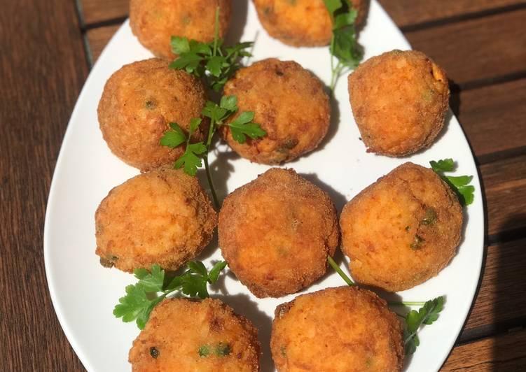 Arancini croquetas con sabor a Sicilia y se caracterizan por un color anaranjado