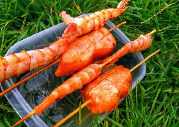 Полезный пикник, креветки и лосось на шпажках