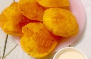 Aloo puri (bánh khoai tây chiên phồng Ấn Độ)