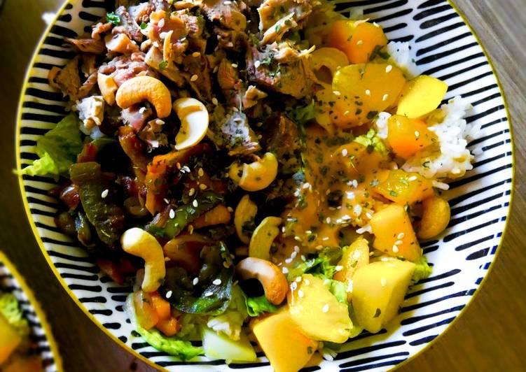 Salade riz, dinde, mangue sauce cacahuète
