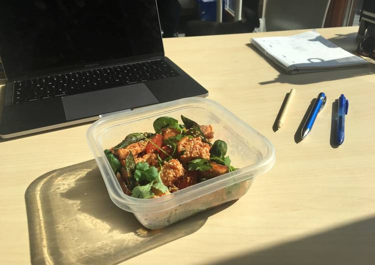 Lunchbox orientalna sałatka z łososiem