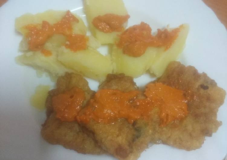 Merluza rebozada con papas cocidas y mojo de almendras