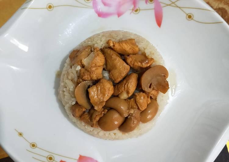 Nasi Tim Rice Cooker dengan Kuah Kaldu Ayam