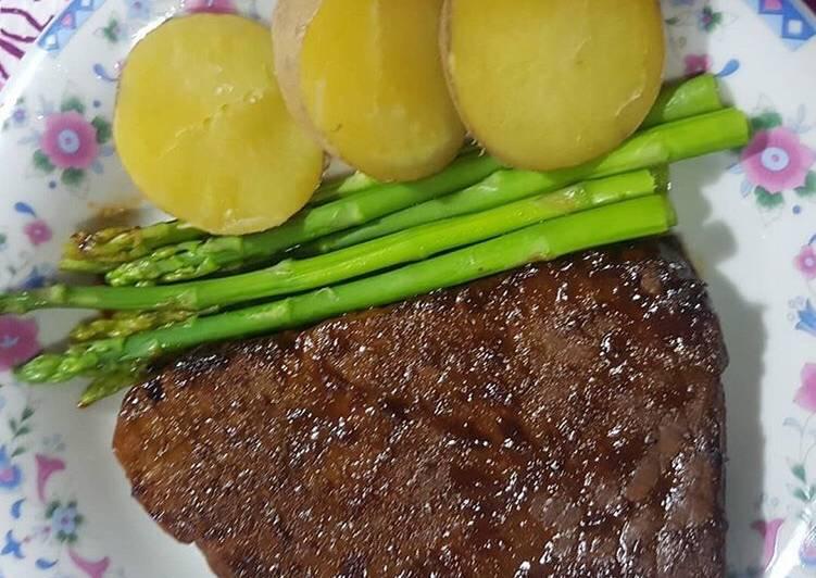 Tenderloin steak dengan asparagus dan kentang rebus