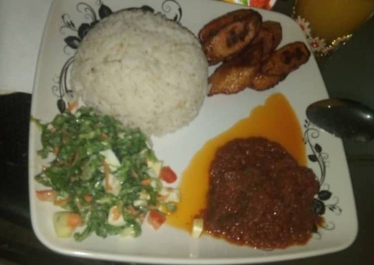 Recipe: Tasty Rice stew with salad & plantain