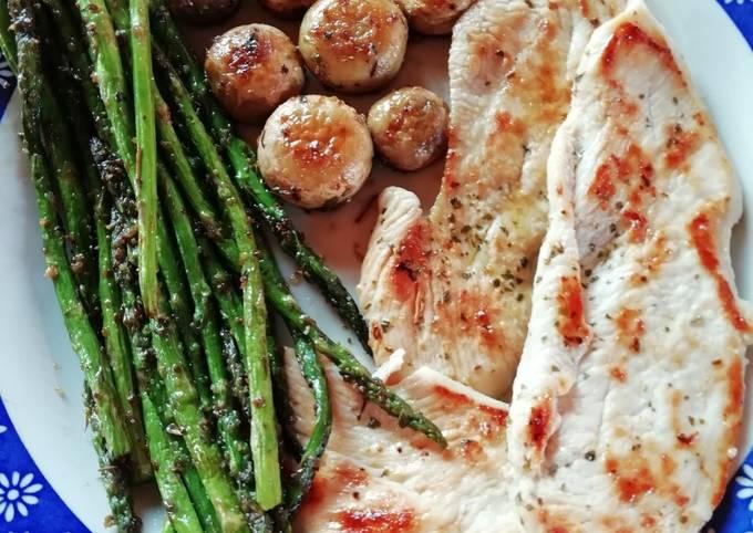 Filete De Pollo A La Plancha Con Espárragos Y Champiñones Receta De Noelia C Cookpad
